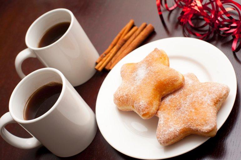 Imagen navideña con tazas de cafe y galletas